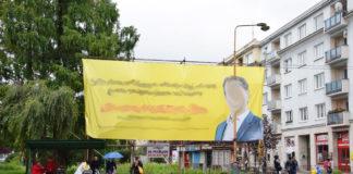 Reklamné politické zariadenie ohrozuje bezpečnosť verejnosti.