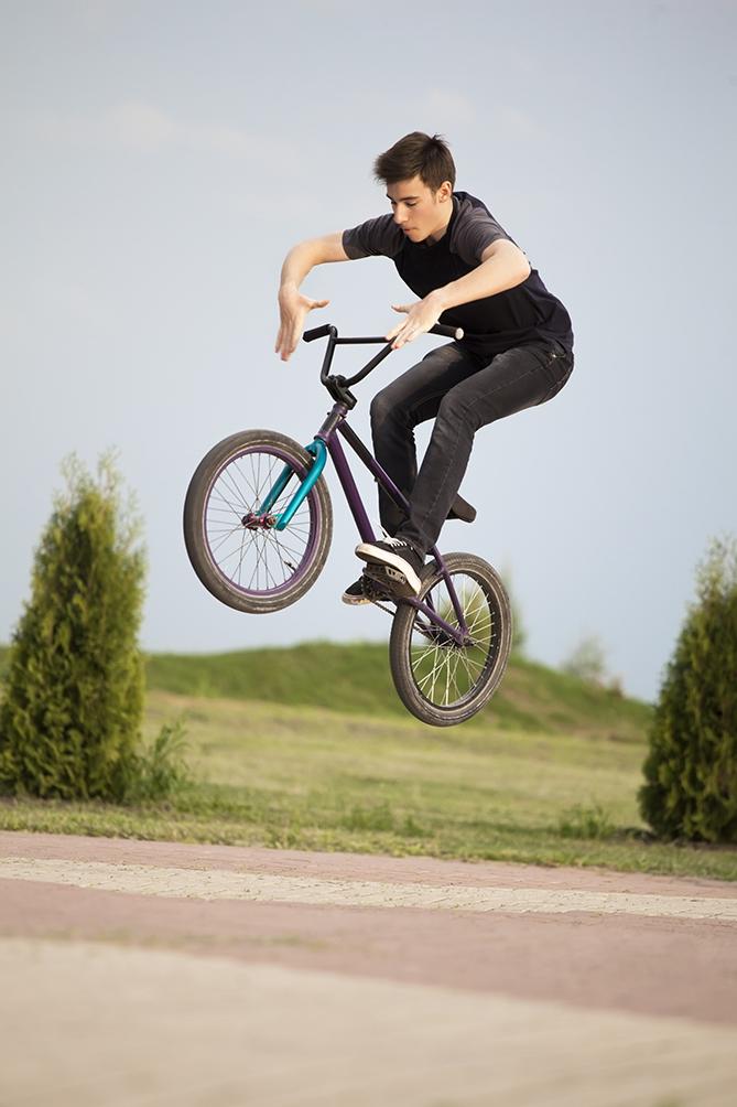 Tínedžer na bicykli