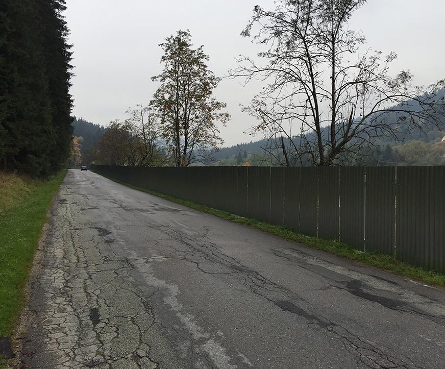 Cesta z Turzovky do Kotešovej. Vozovka v dezolátnom stave, naceste plot postavený zrejme načierno. Európska rarita.
