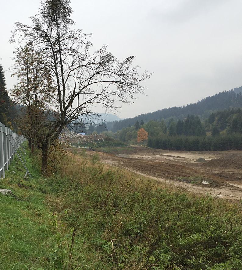 Turzovské smetisko, ktoré ľudia nesmú vidieť. Bráni im v tom plot postavený na Blanárovej ceste.